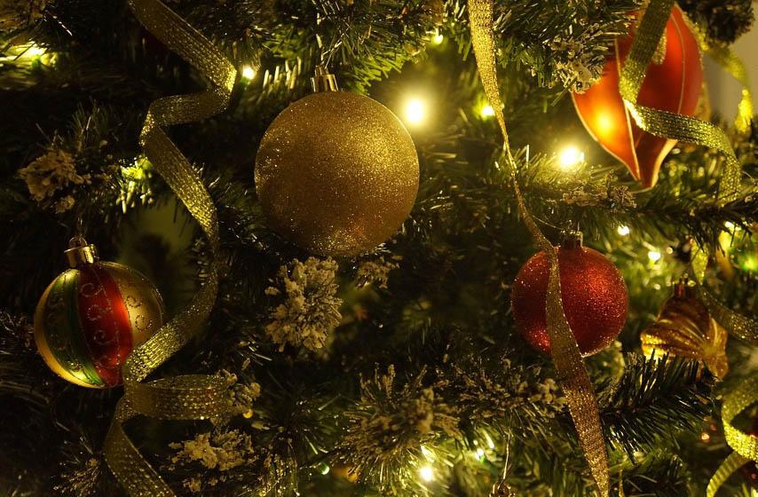 ukrasavanje novogodisnje jelke, novogodisnja jelka