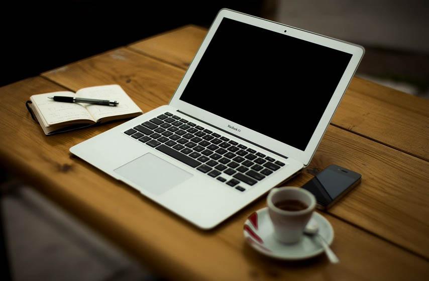 prosuta tečnost preko tastature, laptop