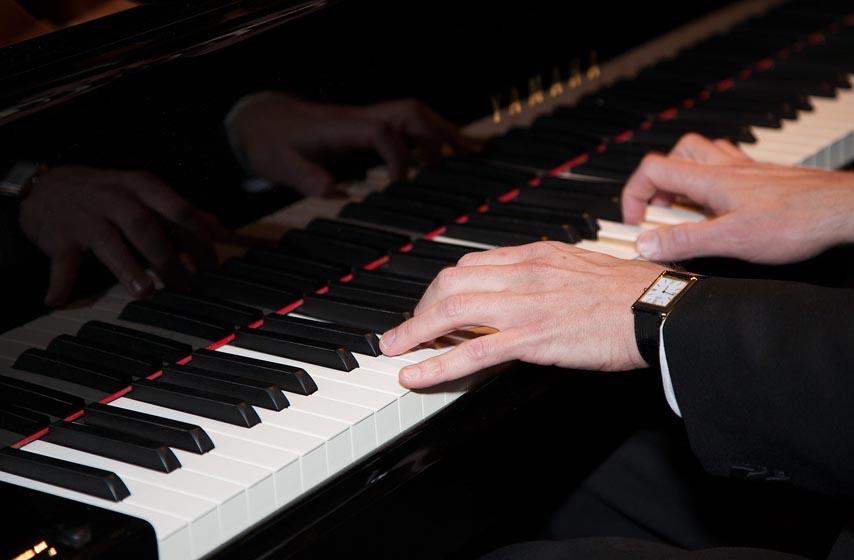pijanista pred sudom zbog sviranja klavira, niš, prekršajni sud, Vladimir Aćimović, Aćimović