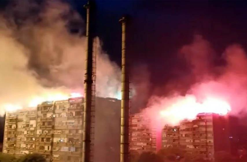 paljenje baklji po krovovima zgrada